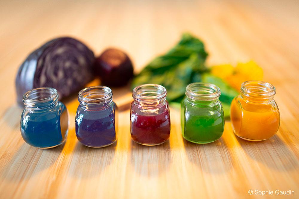 Mes colorants alimentaires naturels et biologiques. Présentation dans des petits pots en verre.